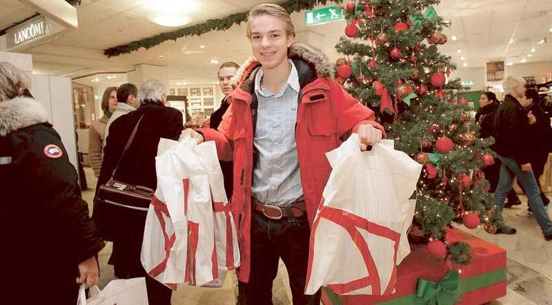 """PANIK PÅ NK Aftonbladet gjorde ett nedslag mitt i julruschen på NK i Stockholm i går, där julhandeln var i full gång. """"Jag har köpt alla mina klappar här i dag"""", säger Tom Michels, 18."""