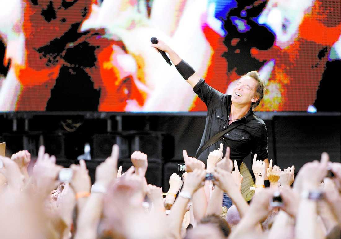 """EUFORI """"Jag upphör aldrig att förvånas av hur mycket Bruce Springsteen och hans sällskap växer när de får absorbera och rida på energin från en lycklig och engagerad jättepublik,"""" skriver Markus Larsson."""