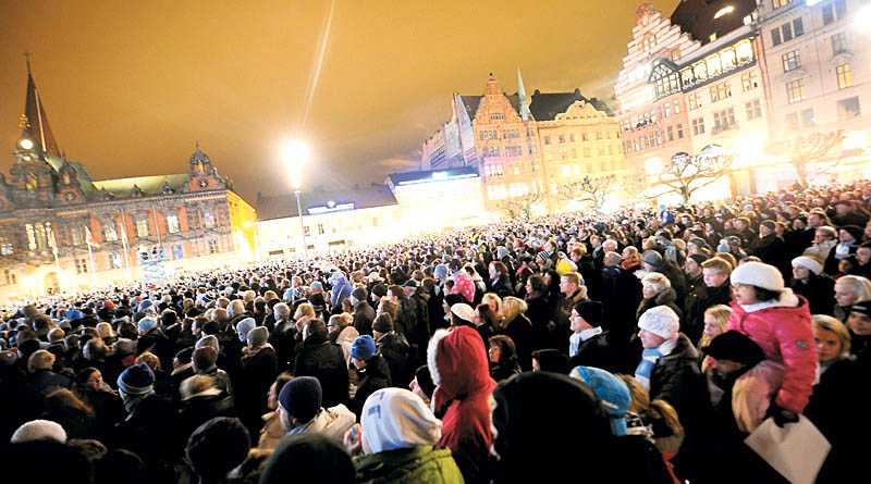 ljusblått firande I går firade många Malmöbor på stortorget att Malmö FF vunnit allsvenskan i fotboll.