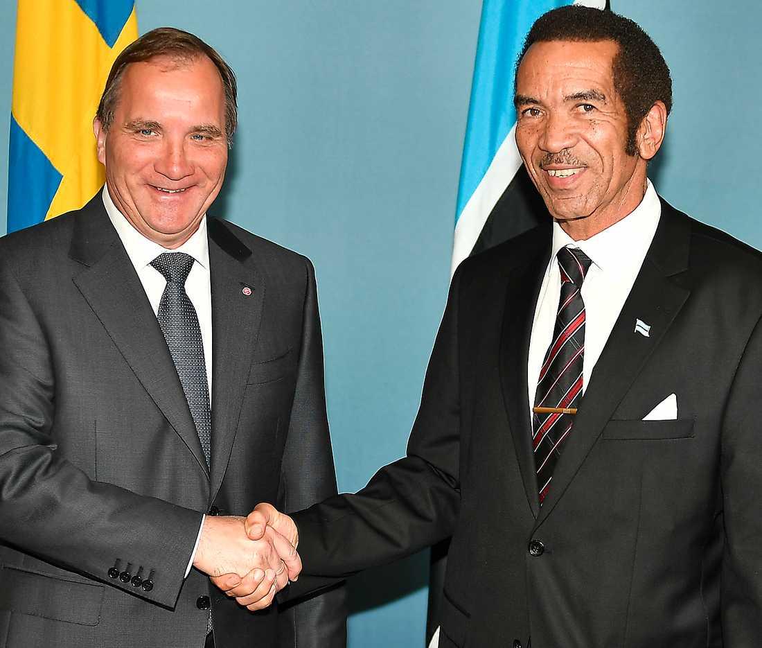 (S)JASkiga affärer. Statsminister Stefan Löfven med Botswanas nyligen avgångne president Ian Khama. JAS-affären värd 17 miljarder har mött massiva protester i Botswana. Affären sker på bekostnad av ett afrikanskt lands demokrati och välfärd, anser oppositionen.
