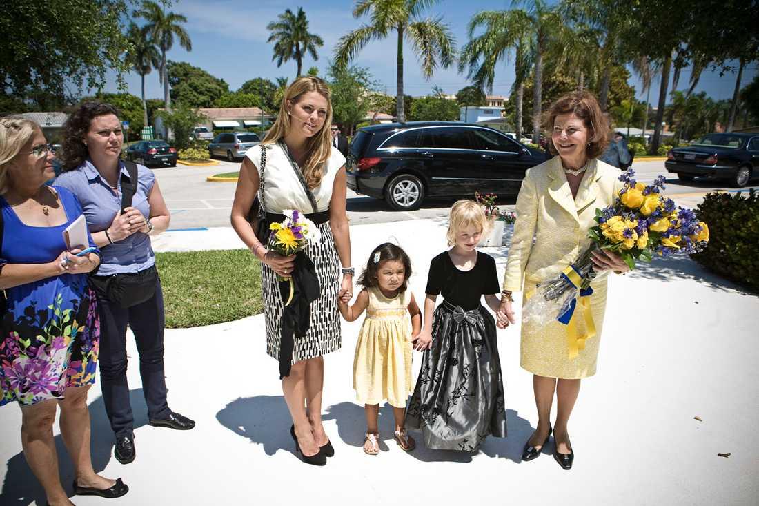 Jobbar Ute på officiellt uppdrag. Drottning Silvia och prinsessan Madeleine besökte svenska kyrkan i Boca Raton förra våren. Flickorna Emma och Miranda gav blommor till prinsessan och drottningen.
