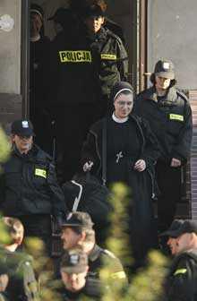 ABEDISSAN GREPS. Moder Jadwiga Ligocka togs till förhör. Hon har lett rebellnunnorna tillsammans med en fransiskanermunk som även han greps.