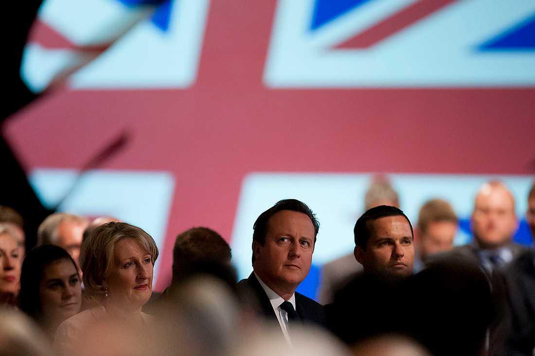 storbritannien ser dig Brittisk och amerikansk underrättelsetjänst har avslöjats med att massavlyssna sina medborgare. Nu tar premiärminister David Cameron till odemokratiska hårdhandskar och hotar medierna med domstol om de inte slutar att rapportera om skandalen.