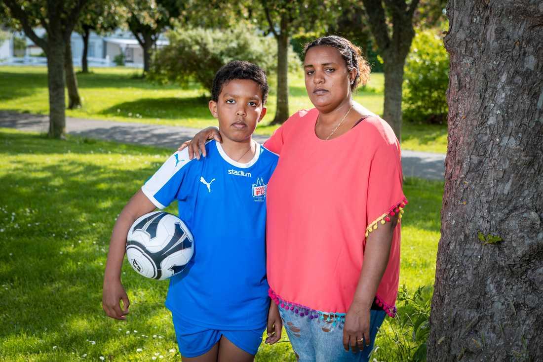 Kapiten är född i Norrköping, uppvuxen i Skara – men riskerar nu att utvisas till Etiopien tillsammans med sin mamma Abeba.