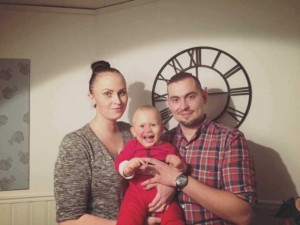 Leon med sina föräldrar Josefine och Arian.