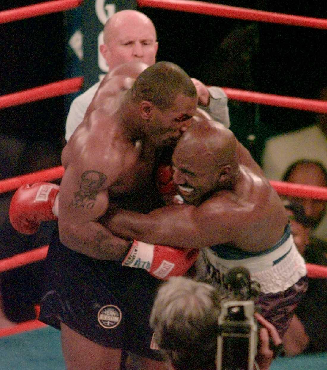 Mike Tyson klassiska bett på Evander Holyfield