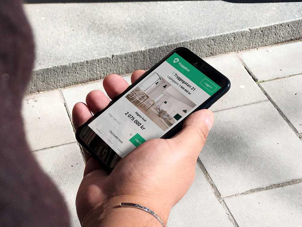Budgivarna kommer få en länk till Tryggabuds sajt där de kan lägga ett bud och legitimera sig med bank-id.