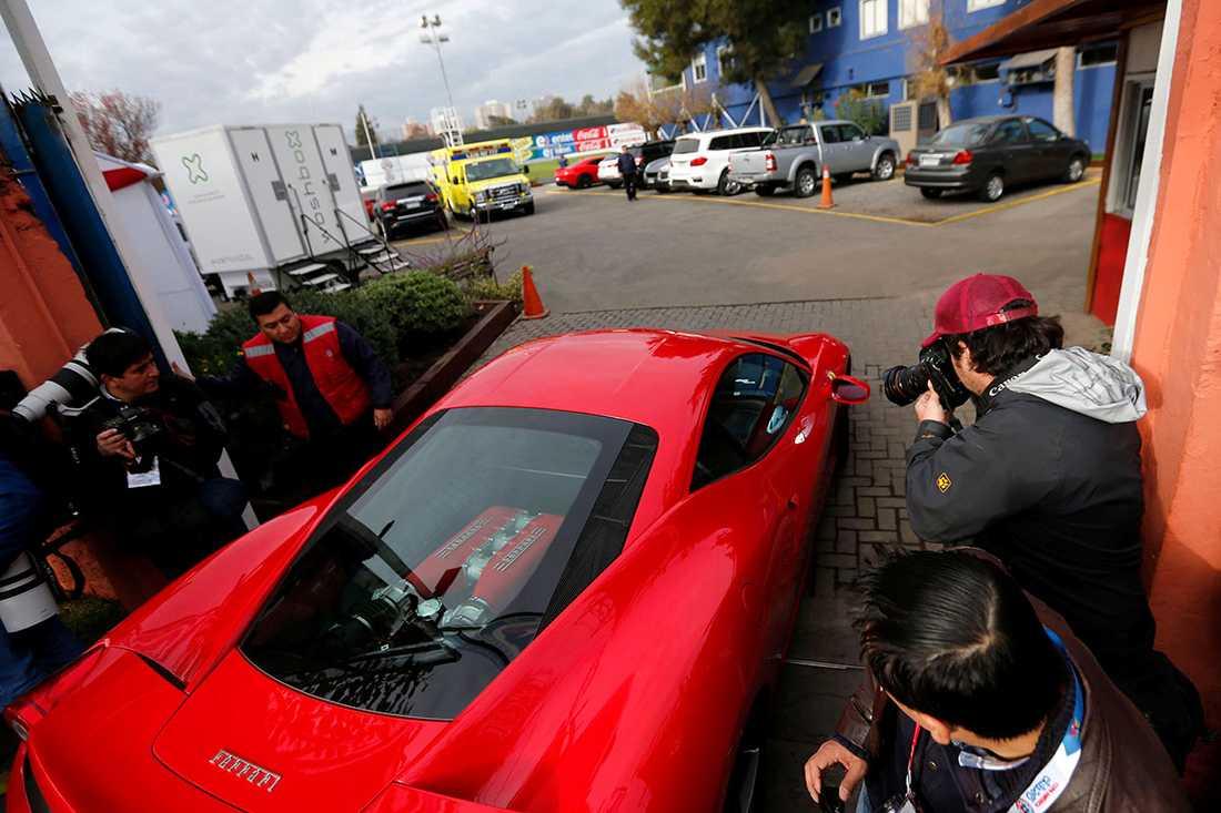 Så sent som igår hade Chile-stjärnan visat upp sin bil inne på landslagets träningsanläggning i Santiago. Foto: Reuters