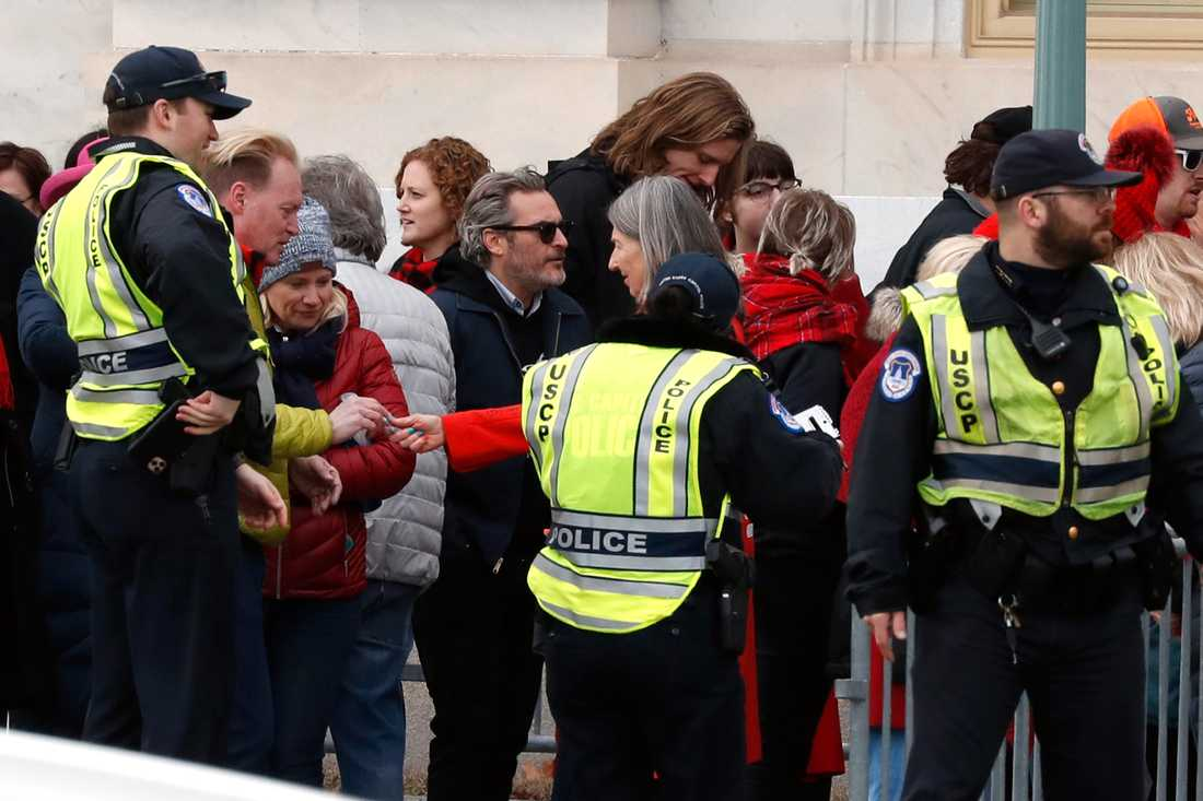 Joaquin Phoenix har gripits efter en olaglig demonstration om klimatförändringar.
