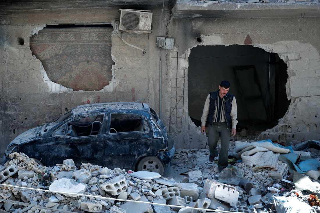 En man i ruinerna efter en misstänkt kemvapenattack utanför Damaskus i april i år. Arkivbild.