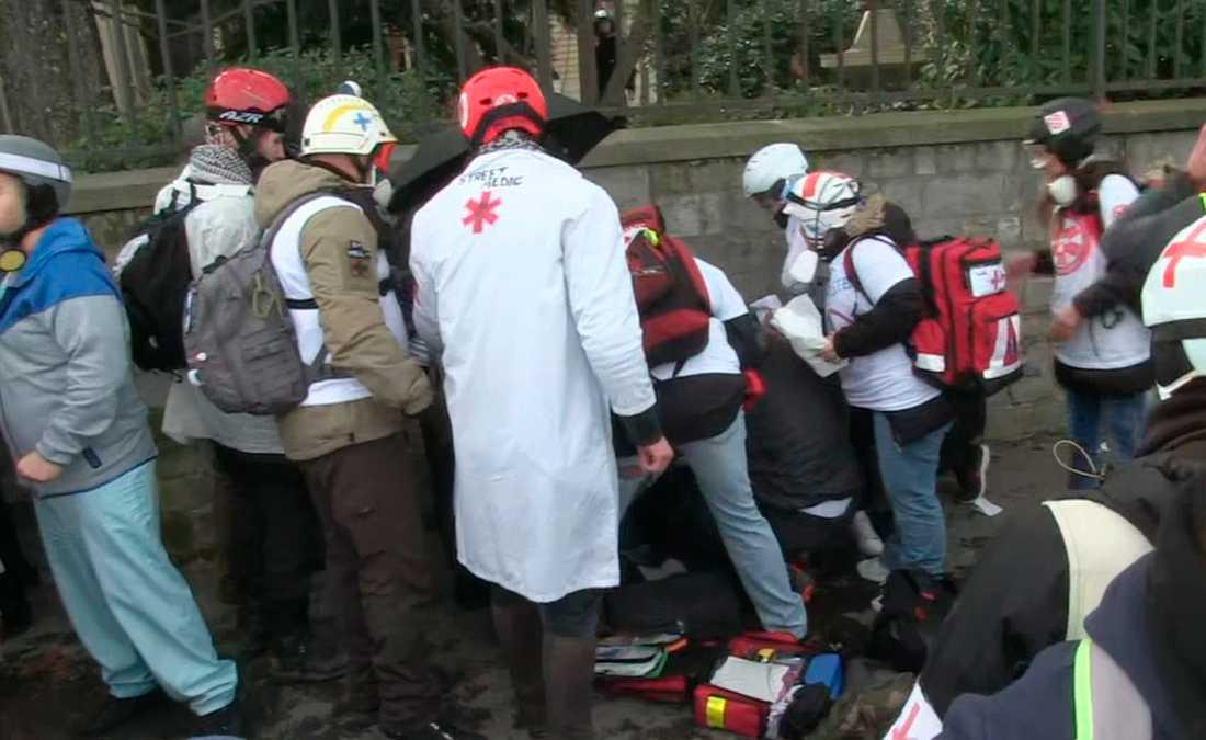 Demonstrant i Paris fick delar av sin arm avsliten av en granat.