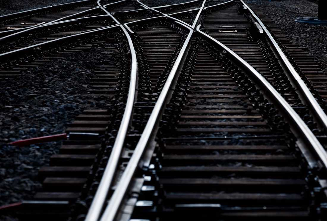 En man orsakade trafikstörningar när han filmade sig själv på ett tågspår. Arkivbild.
