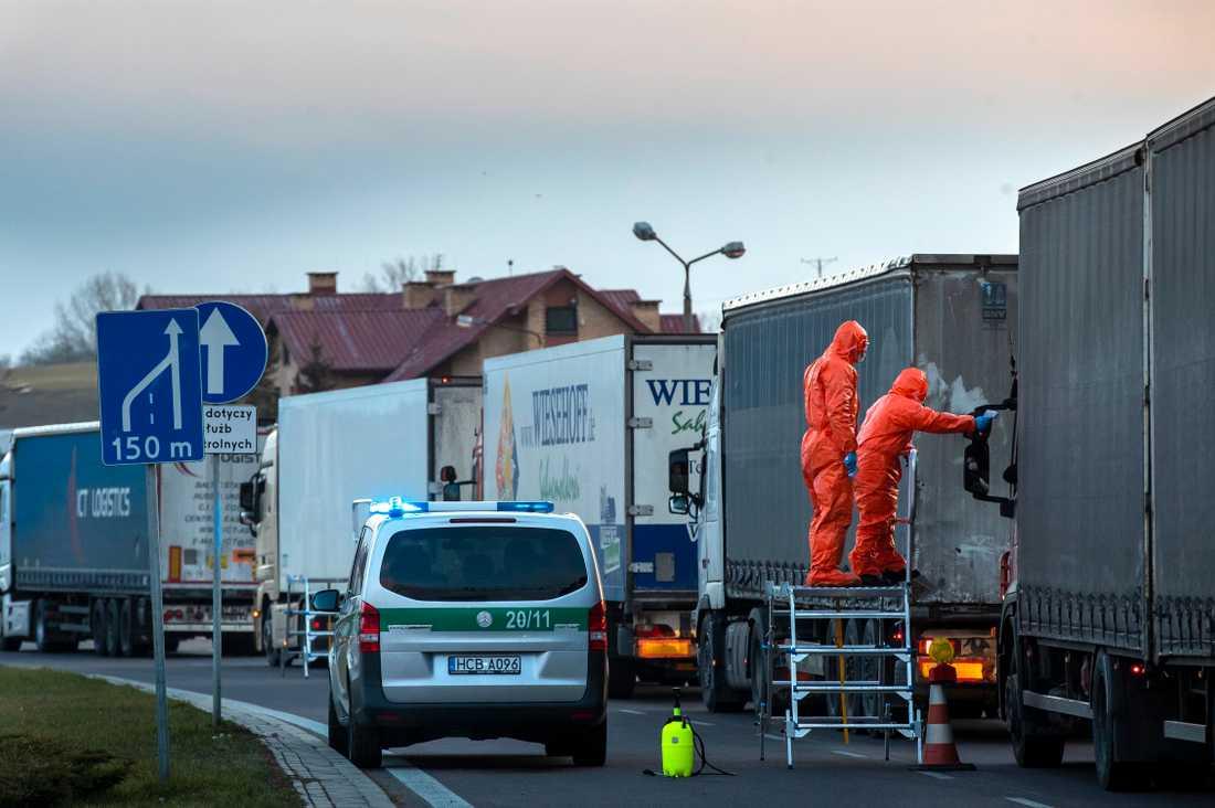 Coronavirusets spridning har lett till köer och kontroller vid EU:s inre gränser, bland annat mellan Polen och Litauen.
