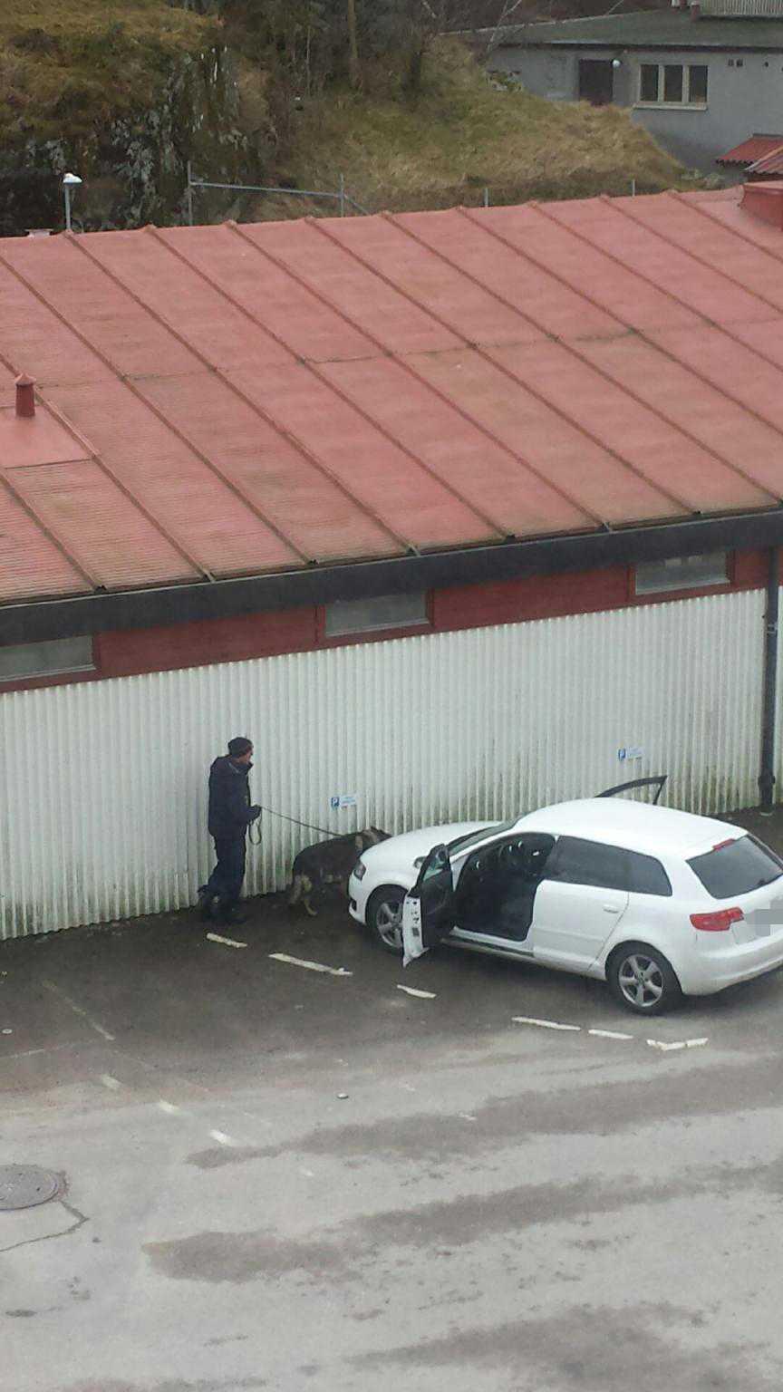 Enligt uppgift till TT hittade en joggare en av personerna död i en bil.