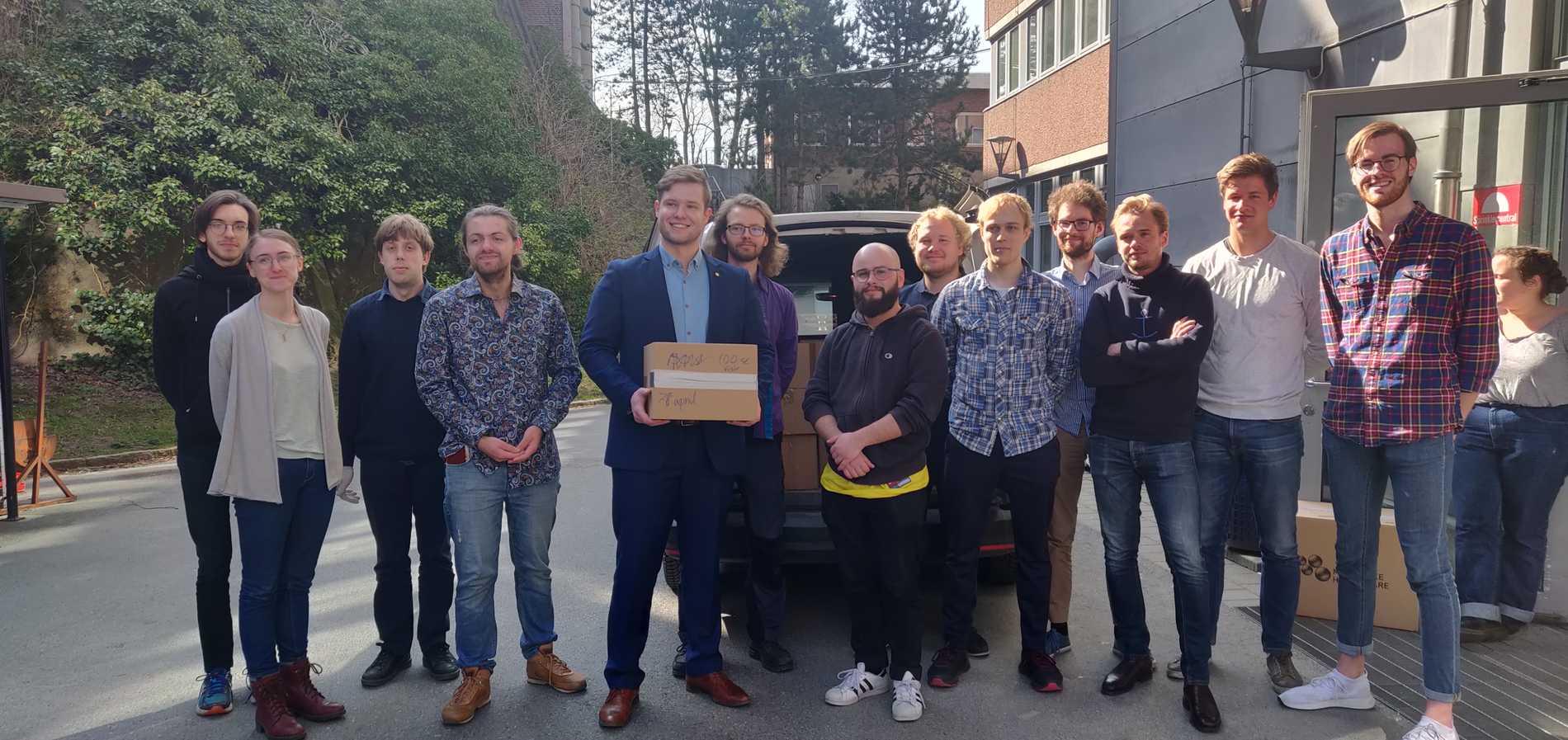 Edward Hadziavdic och Marcus Örtenberg Toftås tillsammans med kollegor och klasskamrater på Chalmers tekniska högskola.
