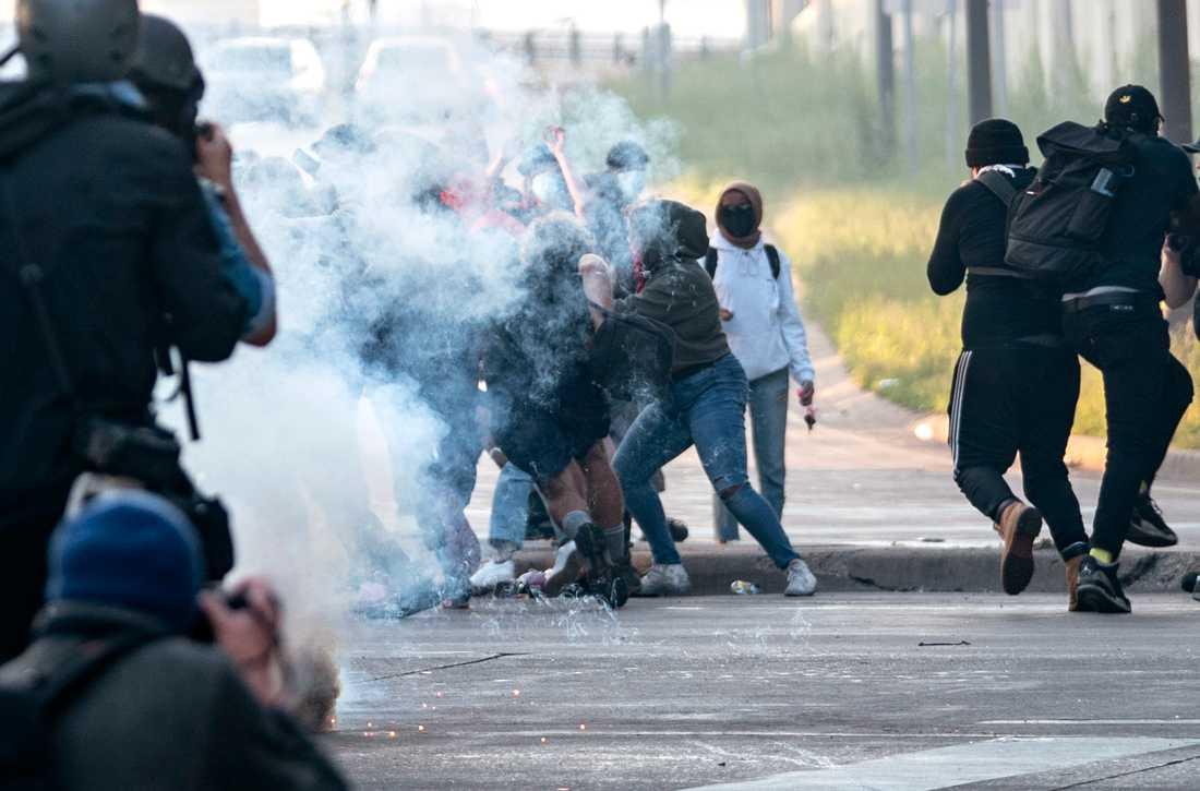 Sammandrabbningar mellan demonstranter och polis i Minneapolis i Minnesota efter att George Floyd dödats under ett polisingripande.