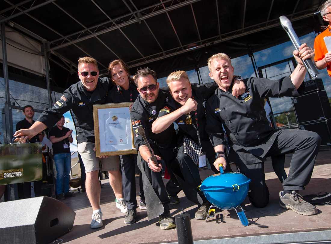 """Favorittippade Swedish BBQ Team räckte inte ända fram till sammanlagda VM-titeln men knep två grensegrar, bland annat i dessert. """"Underbart att få avsluta med ett guld på hemmaplan"""", säger lagledaren Ulrik Lindelöv."""