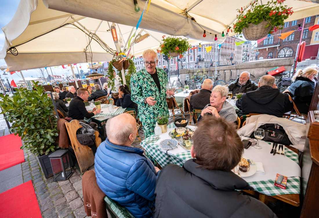 Krögaren Michael Olsen med visir bland gästerna på Nyhavnskroen.