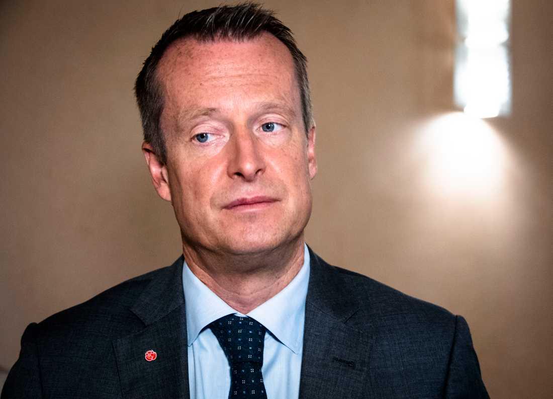 Anders Ygeman (S) får kritik från Tobias Billström (M) för sin twitteruppmaning till norska statsministern Erna Solberg.