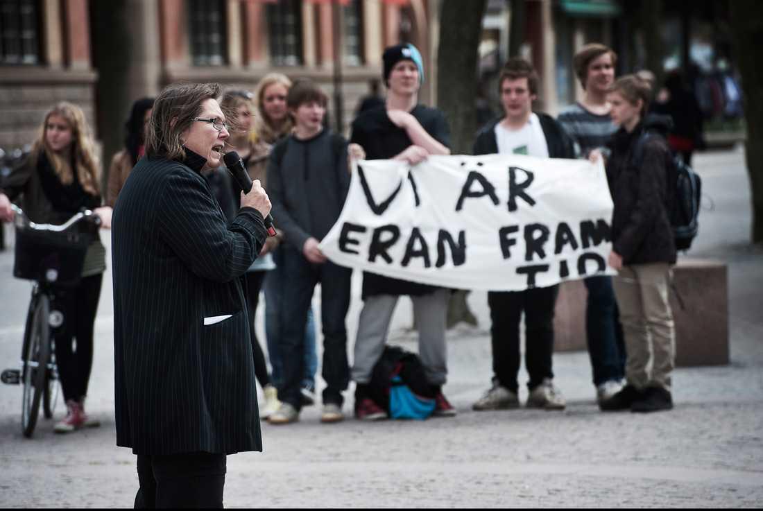 KATRINEHOLM Elever, föräldrar och lärare protesterade i fredags mot att kommunen ska skära ner 15 miljoner på skolan.