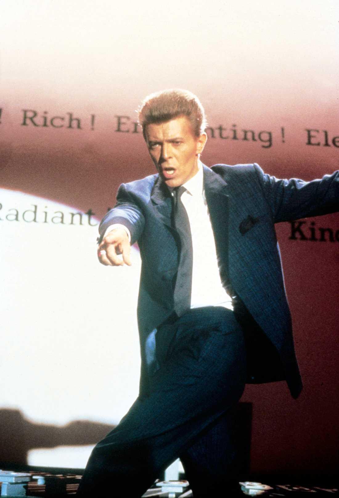 """Bowie har en biroll i filmen """"Absolute Beginners"""" från 1986. I denna film om ungdomskulturen i Storbritanninen i skiftet mellan 1950- och 1960-talen. Han skrev och sjöng också filmens titelmelodi."""