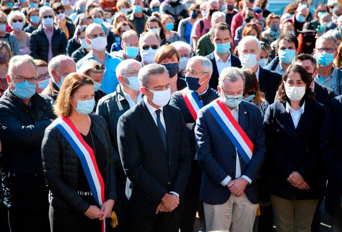 En tyst minut för den mördade läraren hålls i Bayonne i sydvästra Frankrike.