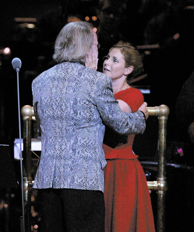 Benny Andersson gav Helen Sjöholm en kram.