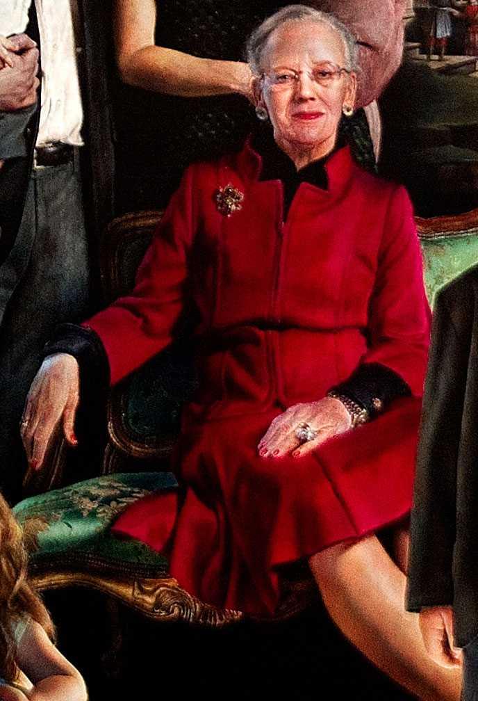 Händerna. Drottning Margrethes händer syns tydligt och symboliserar handlingskraft. Svenska kungen döljer sin hand i fickan.