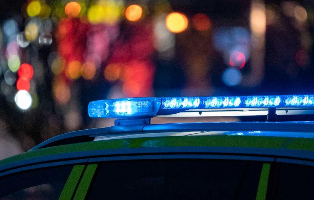 En polisbil kom i vägen när den unge motorcyklisten försökte köra ifrån en poliskontroll. Arkivbild.
