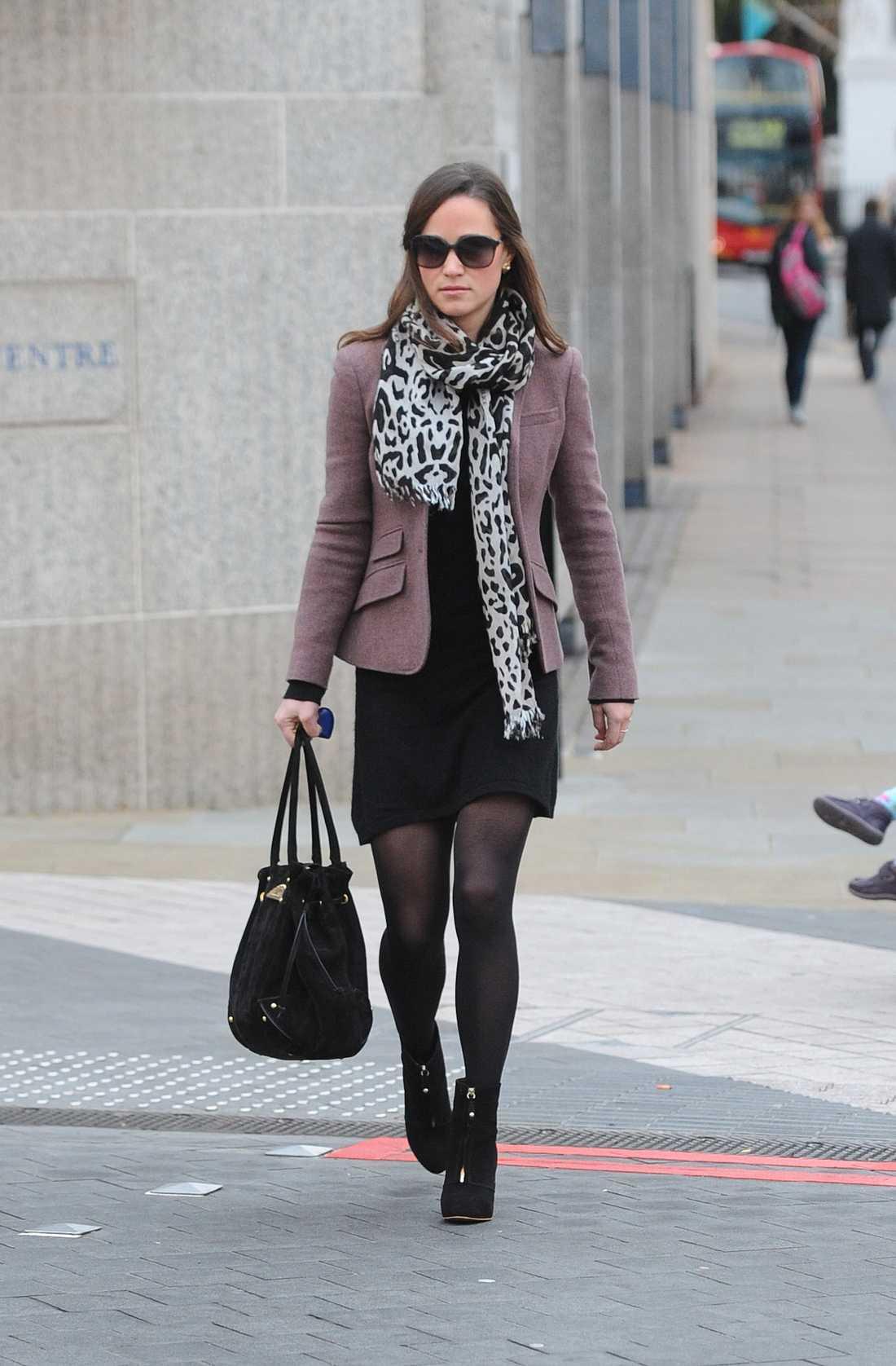 Pippa Middleton matchade svart med en figursydd ljuslila blazer och en scarf med djurtryck, här på väg till jobbet.