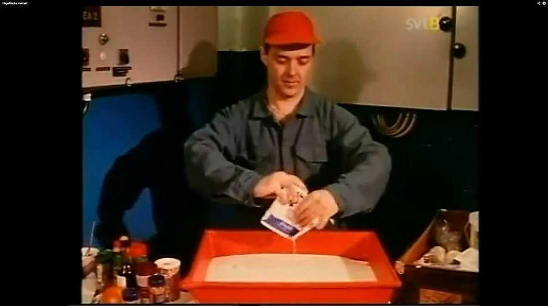 """""""Hagelbäcks matrast""""I barnprogrammet från 1993 använder Johan Hagelbäck sina lunchraster till att skapa animationer i – filmjölk. När rasten är slut äter han upp filmjölken."""