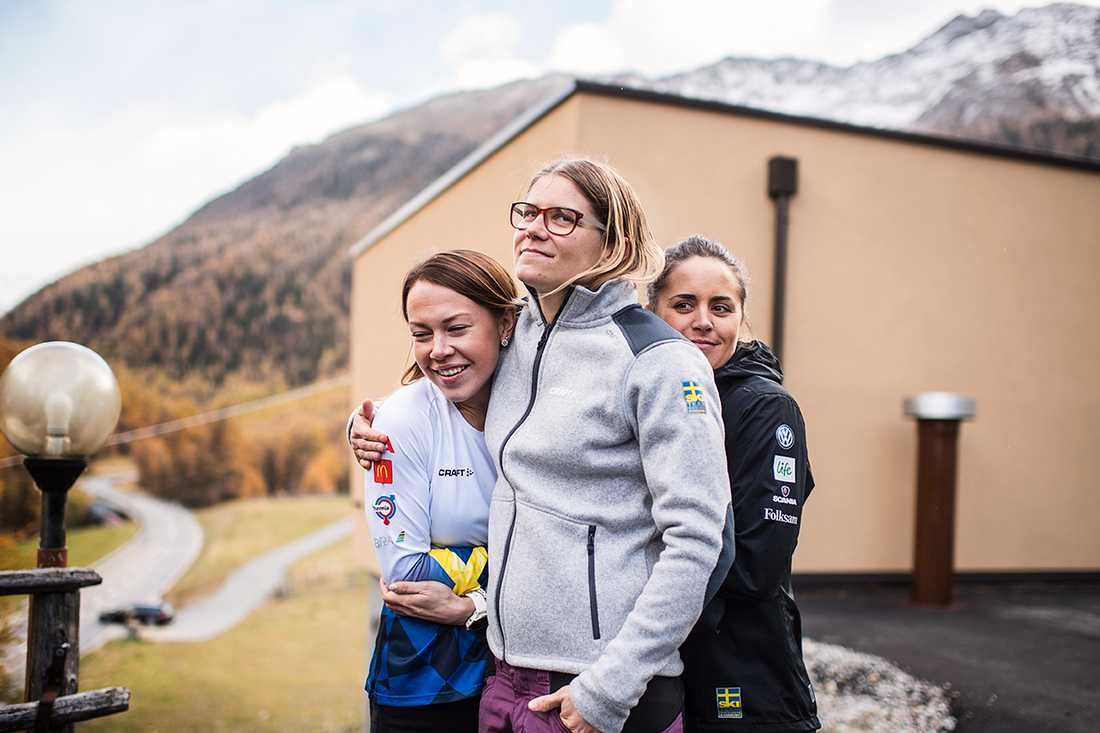 Svensk landslagstrio under en pressträff i Val Senales.
