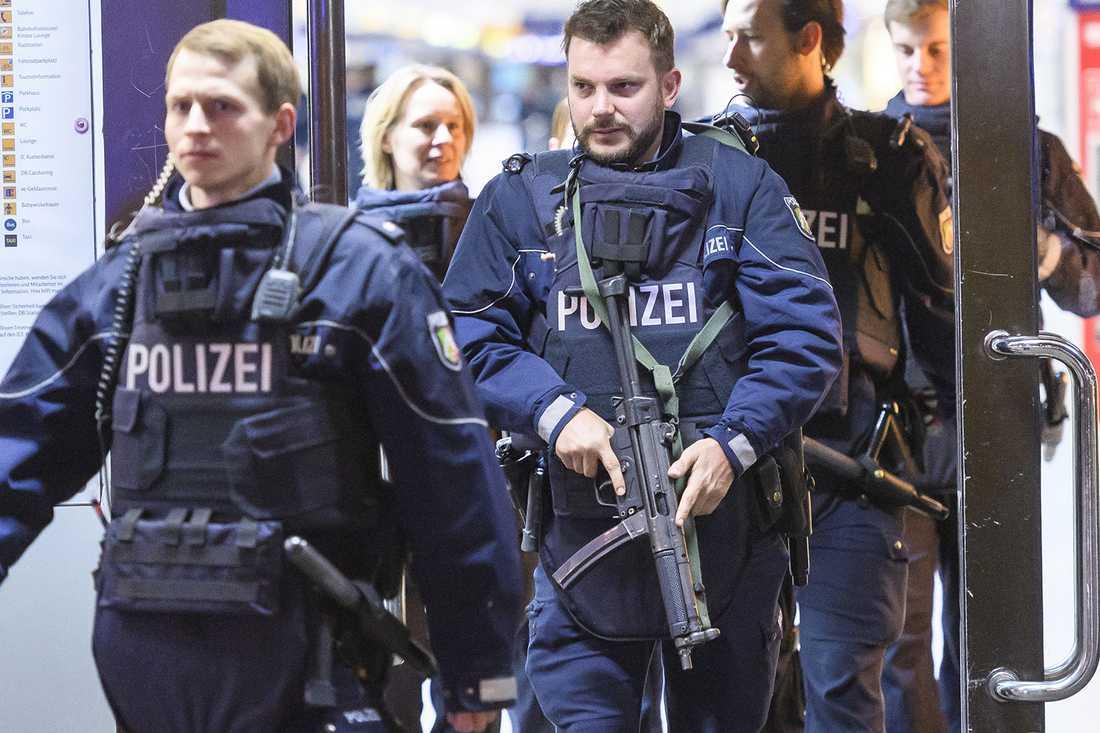 Poliser vid tågstationen.