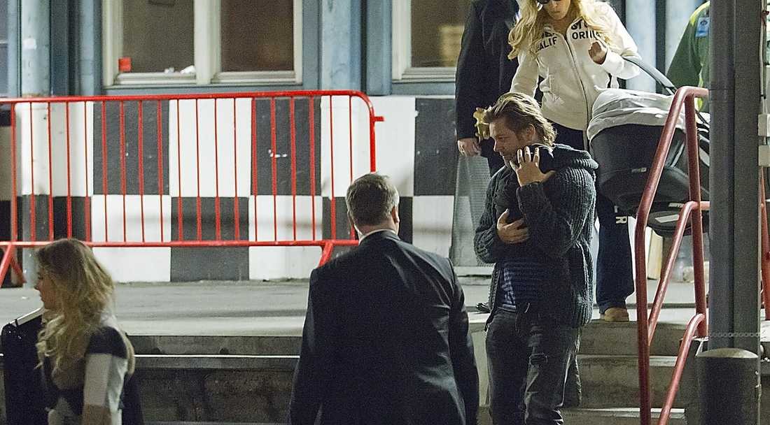 ... på väg ut får studion bar pappa Niclas Wahlgren ömt sin nyfödda son, Kit ...
