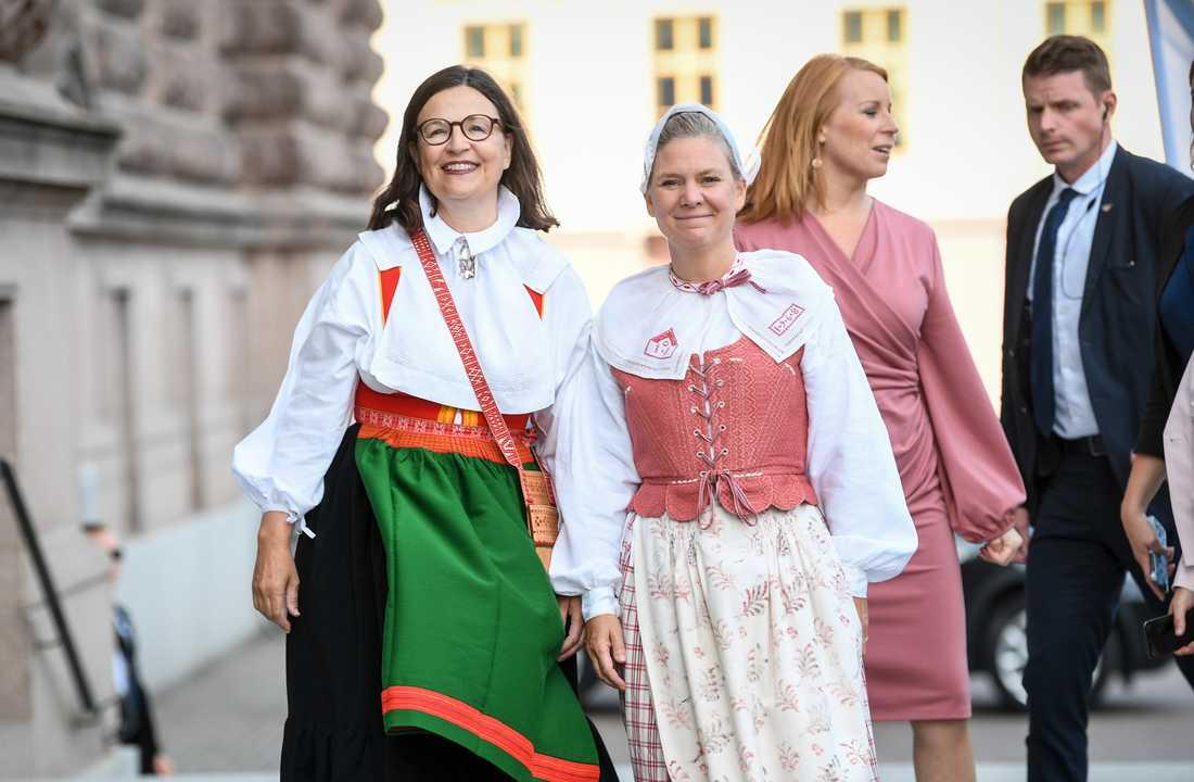Finansminister Magdalena Andersson och utbildningsminister Anna Ekström iklädda folkdräkt anländer till riksdagshuset.