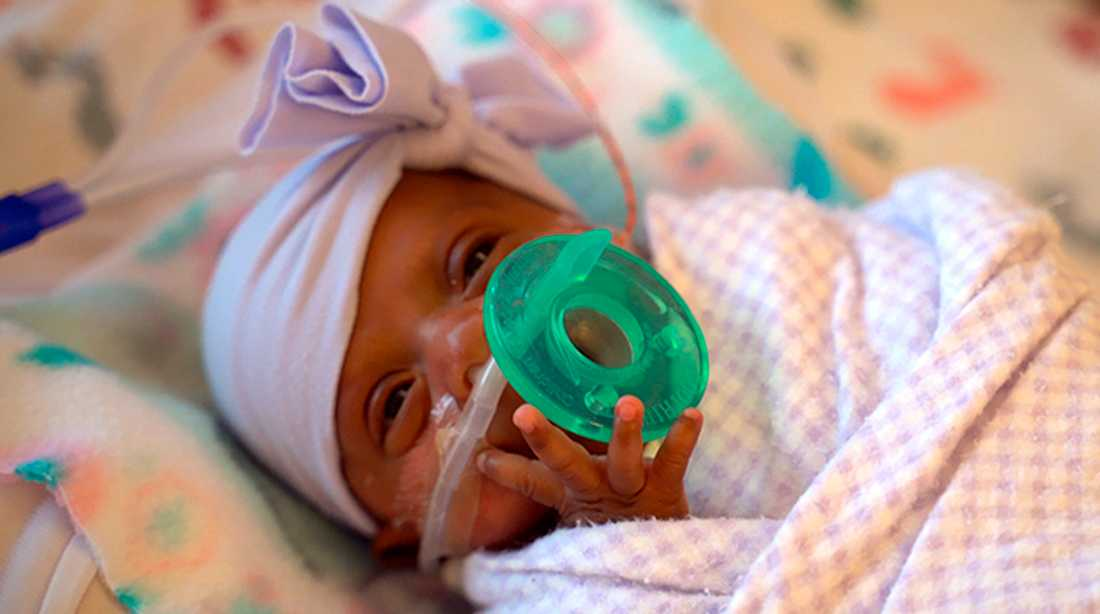 Flickan Saybie, här på en bild från april, har fått lämna sjukhuset.