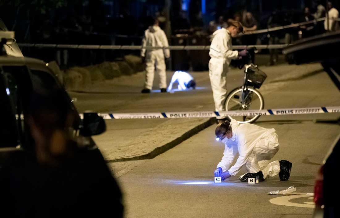 Polisens kriminaltekniker i arbete natten efter mordet på von Rosens väg i Rosengård i Malmö juli 2018. En man i 20-årsåldern sköts till döds. Arkivbild.