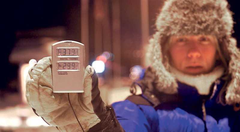 Hemavan 02.45 – minus 37,9 Åsa Ramström håller upp en termometer som visar gårdagens kallaste temperatur: minus 37, 9 grader.