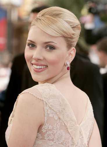 """FIRAD FILMSTJÄRNA . Efter det stora genombrottet med filmen """"Lost in translation"""" vill alla ha Scarlett Johansson. Här på glittriga filmgalan i Cannes."""