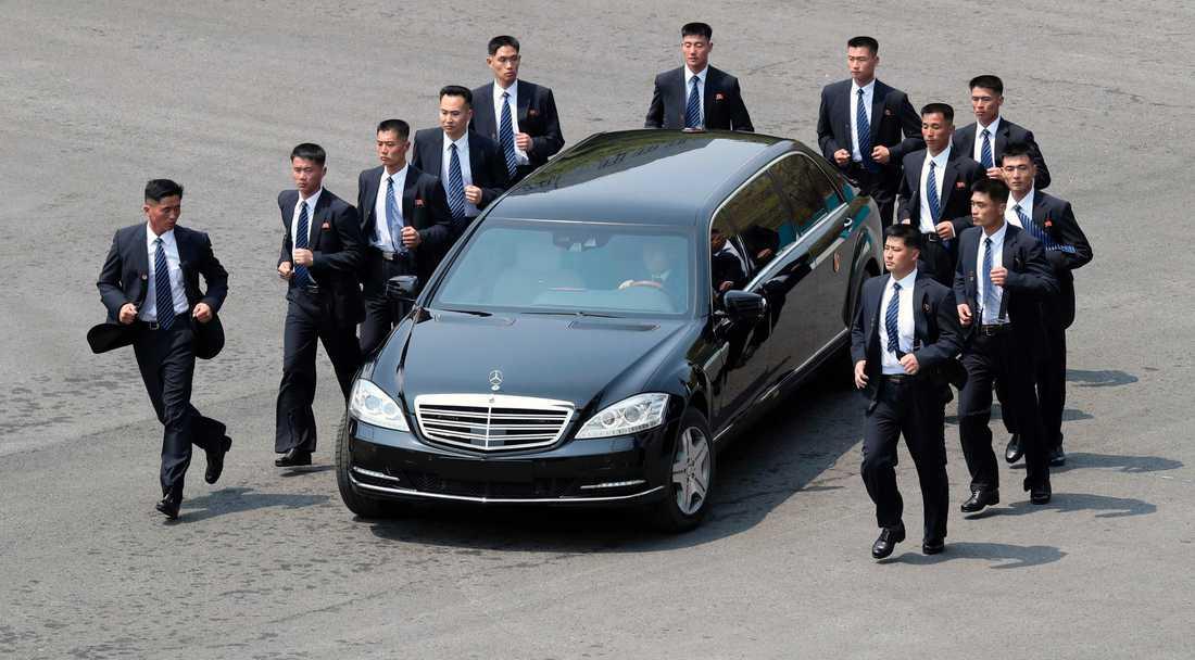 Nordkoreanska säkerhetsvakter följde med Kim Jong-uns bil under mötet med den sydkoreanska ledaren tidigare i år.
