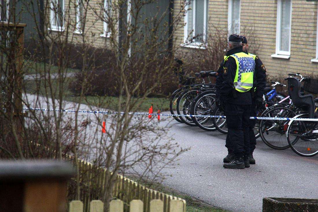 Poliser på plats vid bostadsområdet där en 34-årig man sköts ihjäl av polisen.