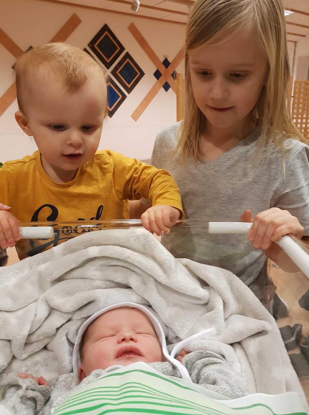 Efter en tuff resa, enligt Elsie, fick hon till sist barn med sin sambo. Här syns hennes första barn Edwin, 10, Ebbe, 2 och Malte tre månader.