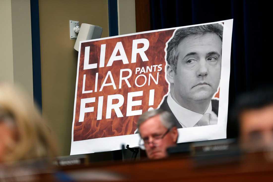En skylt med en skolgårdsramsa som signalerar att Cohen ljuger, uppsatt vid de republikanska ledamöterna under utskottsförhören. Cohen kallade senare skylten för ovärdig.