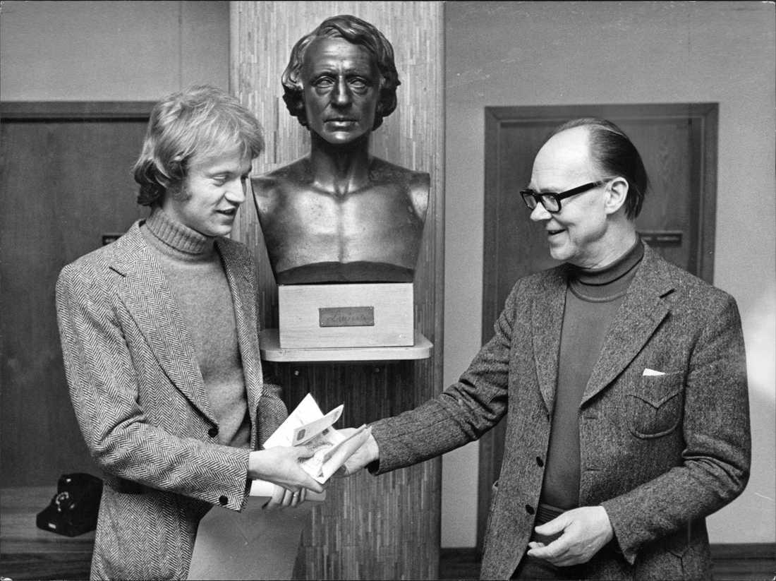 """Göran Hägg fick Aftonbladets litteraturpris 1974 förr novellsamlingen """"Den gyllene triangeln"""". Till höger Karl Vennberg, dåvarande kulturchef på Aftonbladet."""