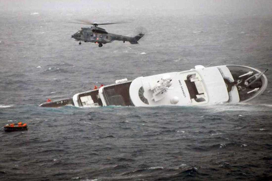 Personerna som var på båten kunde räddas med nöd och näppe – genom att firas upp med helikopter.