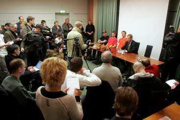 KRÄNKTA. Leif Silbersky hotar med att stämma medierna, han menar på att de kränkt de tre hockeyspelarna, Andreas Lilja, Kristian Huselius och Henrik Tallinder, som alla misstänkts för sexuellt utnyttjande av en 22-årig kvinna i samband med Sweden Hockey Games.
