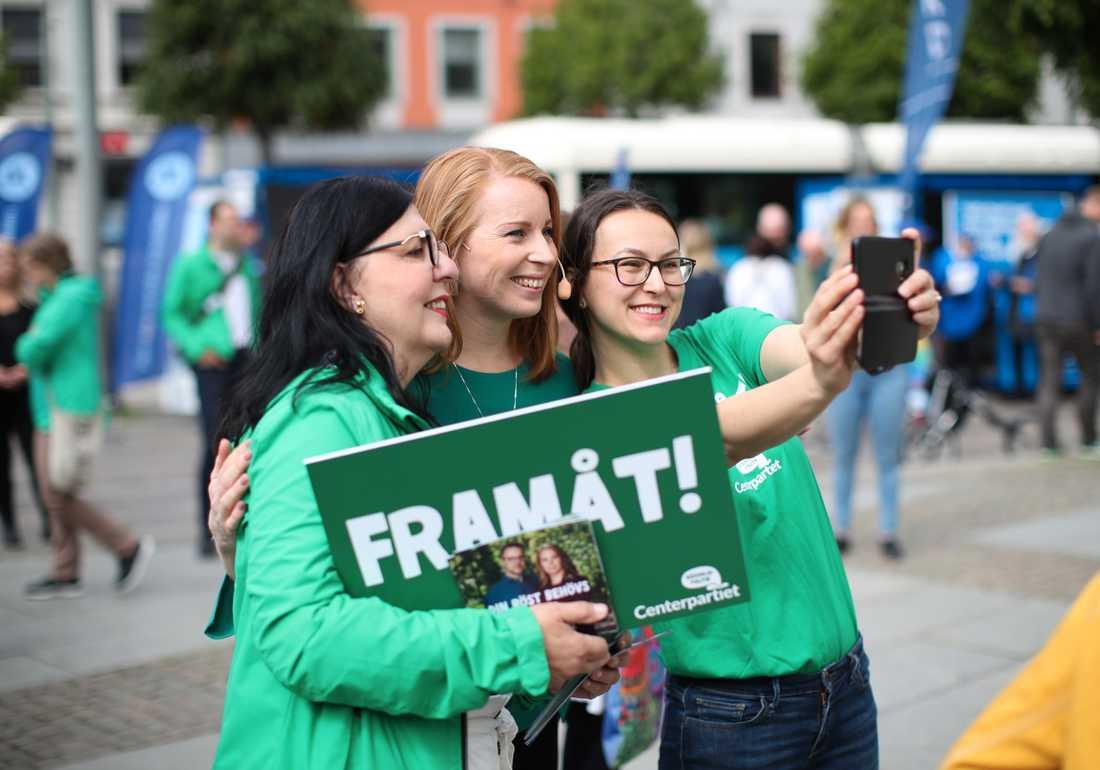 Centerns partiledare Annie Lööf valspurtar inför EU-valet på Kungsportsplatsen i Göteborg.