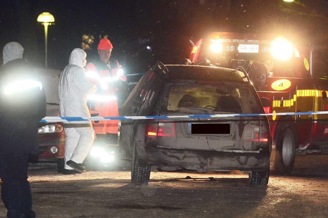 Bilen som Mille Markovic satt i när han mördades forslas bort.