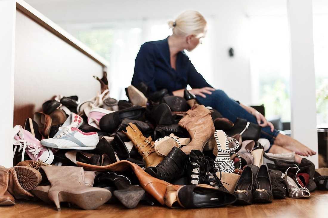 """SKOBERG Johanna spenderar flera tusen varje månad på skor – och kan inte slänga några gamla. Ett tag hyrde hon ett förråd där hon förvarade skorna i svarta plastsäckar. """"Samlandet började när jag var liten"""", säger Johanna. """"Jag gick i gång på att folk visade intresse för vad jag hade handlat."""""""
