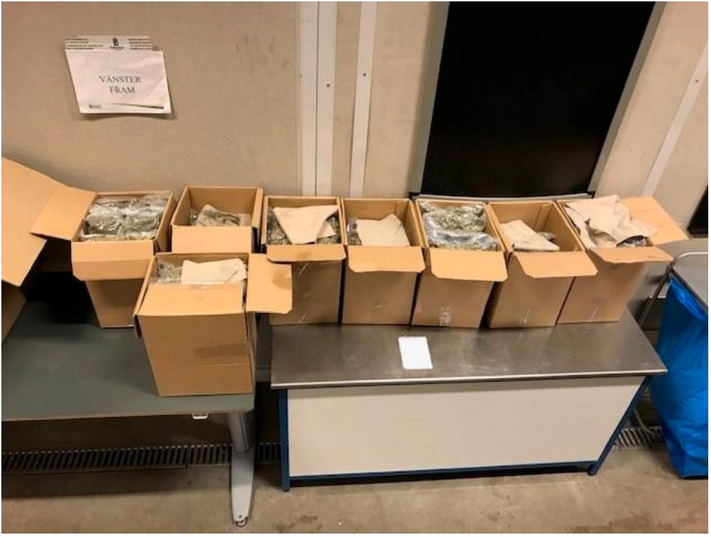 Åtta kartonger innehållandes cannabis från lastbilens last.